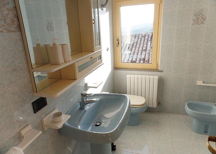 bathroom casa amrita blue Italy